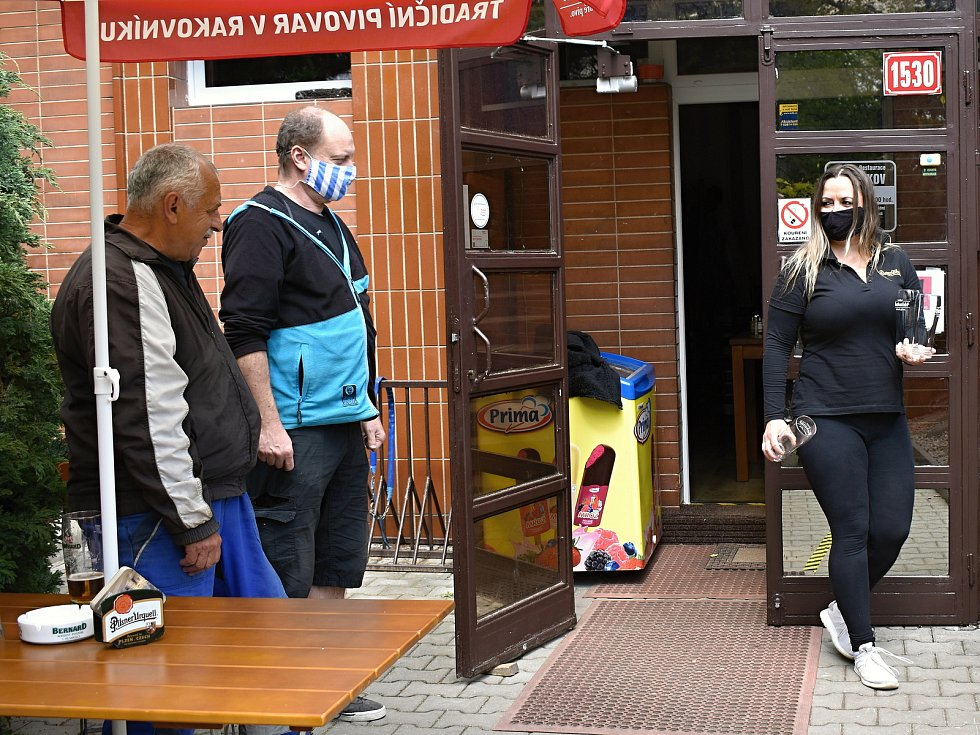 Penzion Bezděkov se zatím drží, a to i díky osobním penězům z úvěrů, které do podniku majitelé dávají. Foto ze znovuotevření zahrádek v roce 2020.