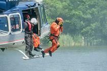 Z pravidelného výcviku hasičských leteckých záchranářů 25. června 2020.