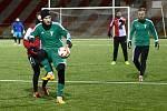 Fotbalisté Tatranu Rakovník (v zeleném) prohráli první přípravný zápas. Na soustředění se střetli s Karlovými Vary, kterým podlehli 2:4.