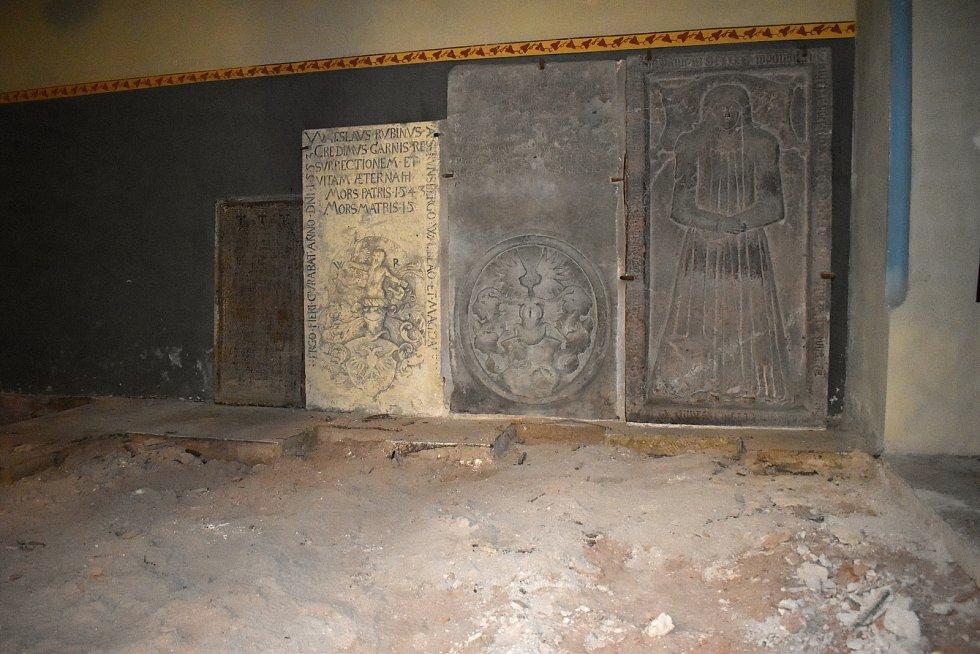 Obměna pískovcové dlažby v rakovnickém kostele sv. Bartoloměje.