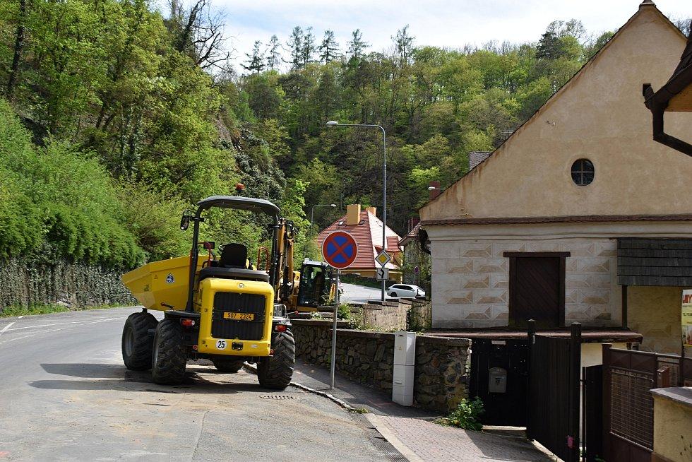 V městysu Křivoklát se v současné době buduje vodovod.