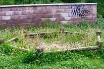 PÍSKOVIŠTĚ v rakovnické lokalitě V Jamce upadá zřejmě v zapomnění. Pokud si zde chtějí hrát děti, musejí nejprve vytrhat trávu z písku a poté se mohou pustit do stavitelství hradů.