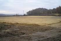 Plocha fotbalového hřiště, kolem něhož povede inline dráha