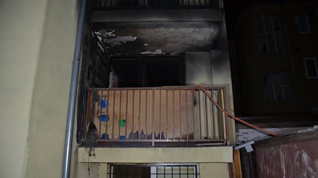 Z hořícího bytu hasiči zachránili tři lidi, dalších 14 evakuovali.