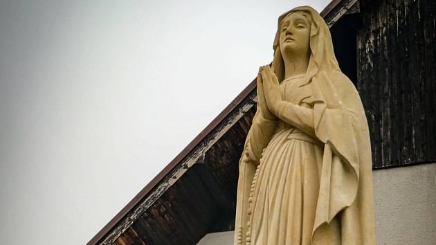 Z instalace sochy Panny Marie na rohu Martinovského a Lubenské ulice v Rakovníku.