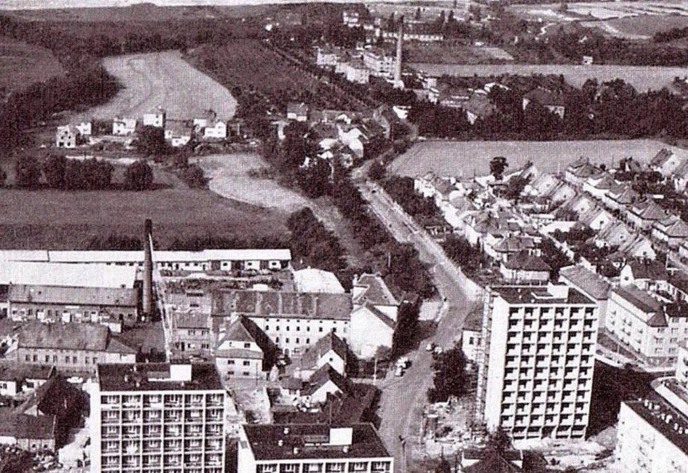 Pohled na západní část Rakovníka v 70. letech. Sídliště V Lukách vzniklo v levé nezastavěné části snímku krátce poté.