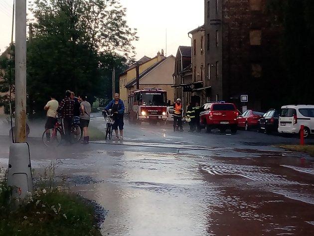 Voda zaplavila ulice, zahrady a také některé domy.