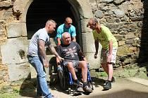 Deset odsouzených z věznice Oráčov pomáhalo handicapovaným lidem při prohlídce zříceniny hradu Krakovec.