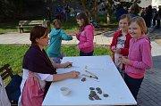 Mimo jiné si také návštěvníci mohli vyzkoušet dávné zpracování bylin.