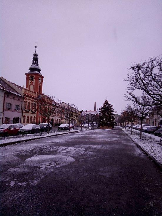 Zasněžené rakovnické náměstí.