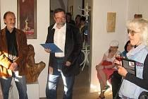 Emil Pejša (vlevo) v Galerii Sampson Cafeé v Rakovníku