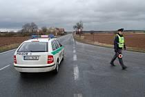 Křižovatka u hořesedelského vlakového nádraží. Policie odklání dopravu přes okolní obce.