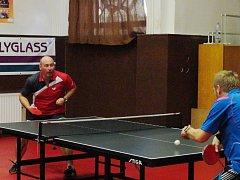 Bodoval. V akci je rakovnický stolní tenista Petr Pisár v bitvě na pět setů proti strakonickému Brožkovi.
