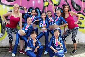 Aerobic club Angels Rakovník se může pochlubit řadou úspěchů, ke kterým přispěl i tým Školaček. Na snímku jsou s trenérkami Lucií Břinčilovou (vlevo) a Klárou Hlaváčkovou.