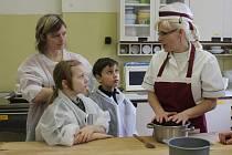 Výroba pralinek na cukrářském kurzu ISŠ Jesenice
