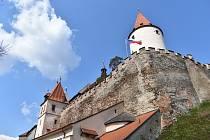Hrad Křivoklát je již týden otevřen veřejnosti. Největší nával zaznamenal o víkendu, především v neděli. I během slunečního úterý se ovšem tu a tam objevovali turisté.