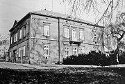 """Na místě starého domu """"U Heroldíčků"""" byl postaven po roce 1869 tento dům, který byl krátce před 1. světovou válku přestavěn. Nyní zde sídlí První mateřská škola V Hradbách."""