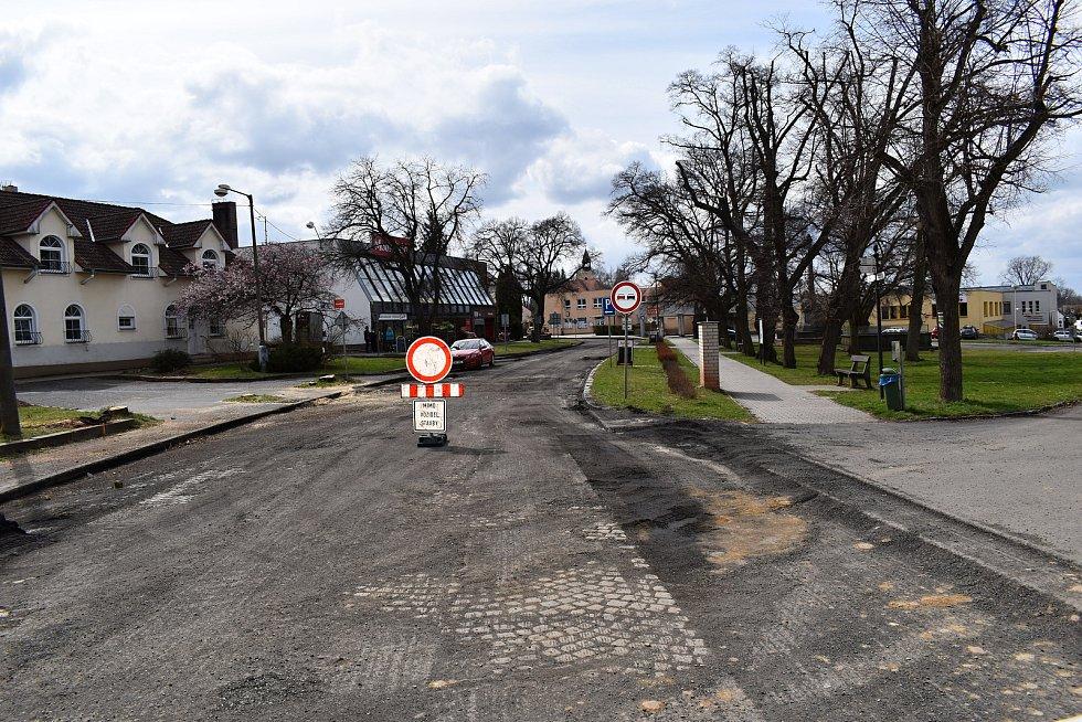 Rozsáhlá rekonstrukce průtahu Jesenicí, díky níž je město na několik měsíců neprůjezdné, začala v pondělí.