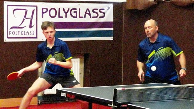 Marná snaha. I přes velmi dobrý výkon odešla dvojice Hýža (vlevo) a Petr Pisár z úvodní čtyřhry proti Slapničkovi s Novotným poražena ve čtyřech setech