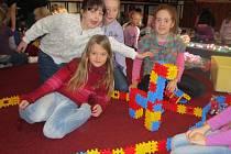 V klubu si hrály děti se stavebnicemi