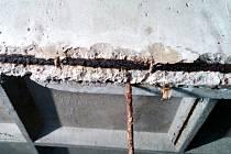Betonové části se oddělují od želez v konstrukci střechy bazénu