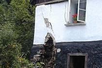 Některé podmáčené zdi starých obydlích nevydržely a začaly padat.