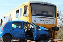 Na železničním přejezdu mezi obcemi Lužná a Lišany se střetl osobní automobil s vlakem.