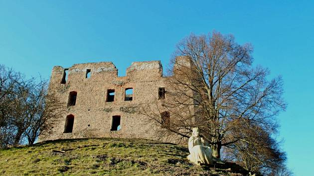 Hrad Krakovec na začátku jara.