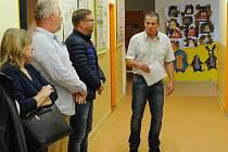 Starosta městyse Pavlíkov Miroslav Macák při slavnostním otevření zmodernizovaného sociálního zařízení v pavlíkovské škole.