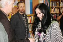 V loňském školním roce předával ředitel MOA Miloslav Blecha v dětském oddělení Městské knihovny v Rakovníku ceny nejúspěšnějším účastníkům literární soutěže.