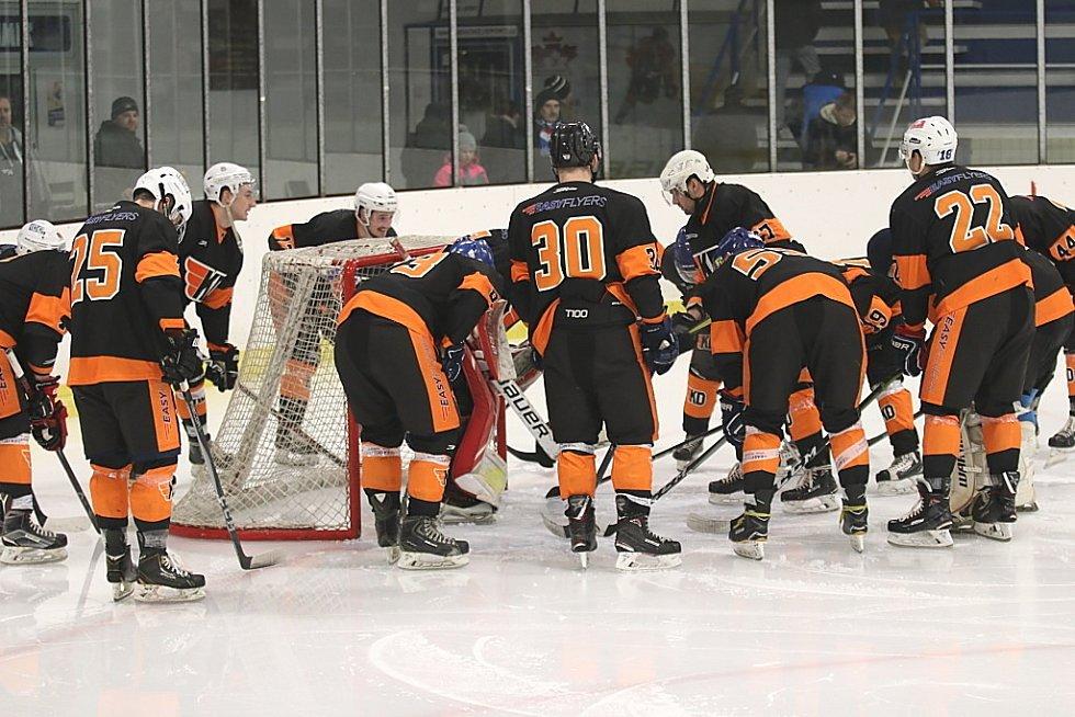 Hokejisté Rakovníka (v bílém) zvítězili v dalším kole Krajské ligy na svém ledě nad celkem Králova Dvora a razantně se přiblížili vyřazovacím bojům.