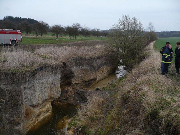 Koryto potoka je v místě nehody hluboké a stěny poměrně příkré.