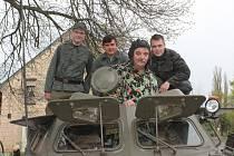 Členové klubu vojenských historických vozidel Hředle na retro 1. máji ve Hředlích