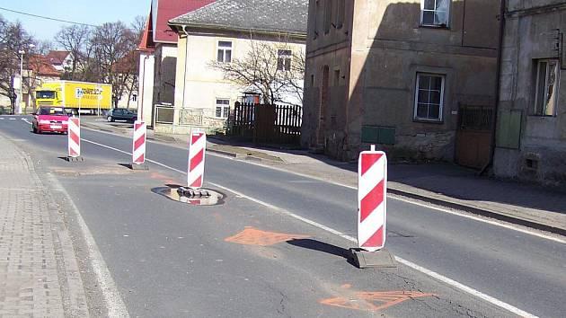Propadlá silnice v Jesenici