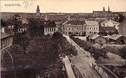Nádražní ulice na počátku 20. století. Zatím nezastavené místo vpravo vyplnily ve dvacátých letech dvoupatrové domy. Vlevo byla Donátova vila nahrazena v padesátých lech činžovním domem.