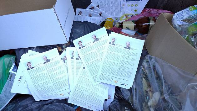Informační letáky o koronaviru skončily v kontejneru.