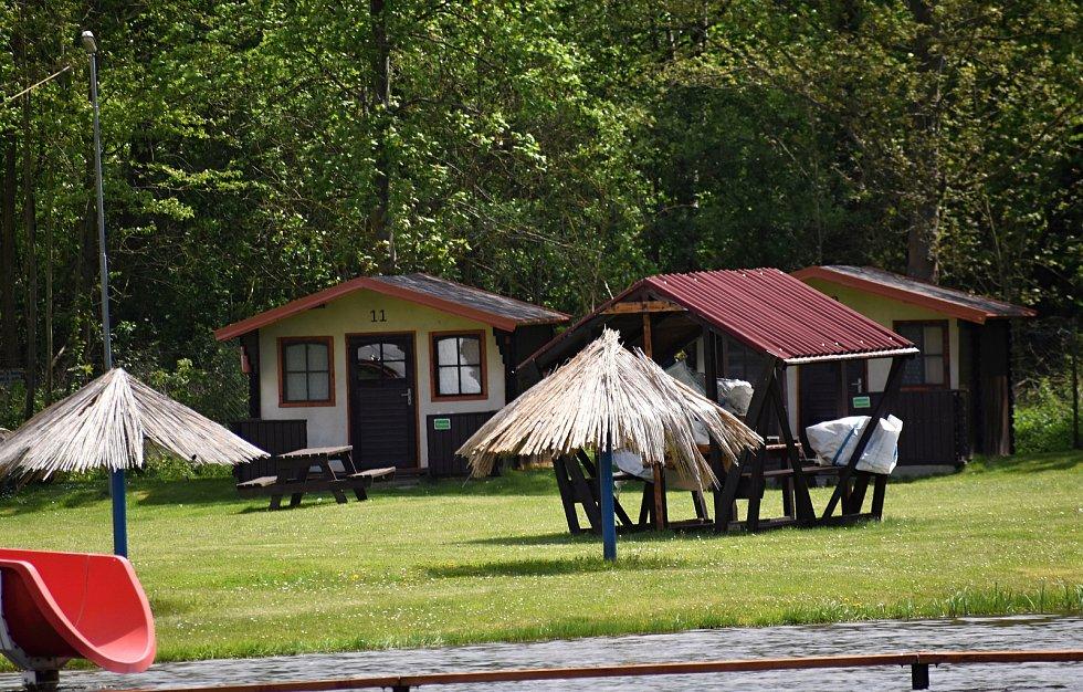 Příprava Tyršova koupaliště na letní sezonu. Vedle rekonstrukce chatek se pracuje také na zprovoznění restaurace.