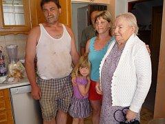 Obdarovaná rodina s paní Emílií (vpravo)