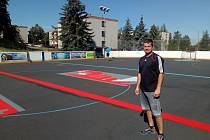 V úterý začala instalace nového multifunkčního plastového povrchu, při které nemůže chybět ani předseda hokejbalového klubu Miroslav Tlustý.