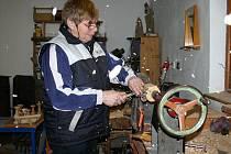 Hana Korfová vyrábí betlém na soustruhu