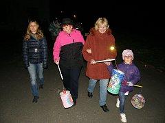 Cestou ke studánce se s lampionem v ruce vydali děti i dospělí.