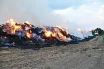 Noční požár stohu u Kounova