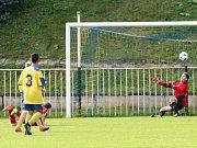 Starší (v žlutomodrém) i mladší (v bílofialovém) žáci SK Rakovník prohráli se Sedlčany.