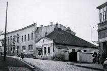 Nádražní ulice v padesátých letech. Patrový dům z přelomu 19 a 20. století - hotel Korbelář stojí na svém místě až doposud, na rozdíl od nižšího sousedního domku.