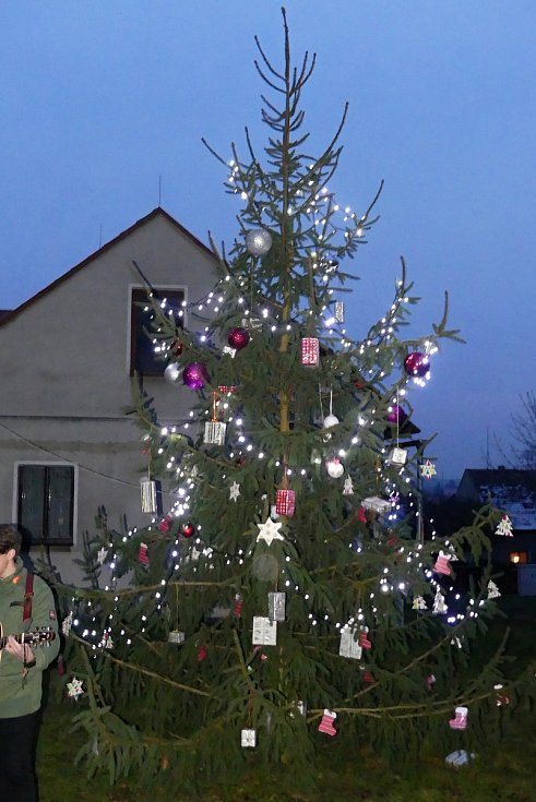 Rozsvícení vánočního stromku v Kolešovicích zpestřilo slavnostní předávání nového hasičského vozu.