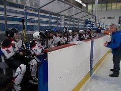 Mladší žáci HC Rakovník poslouchají pokyny trenéra Bodingera