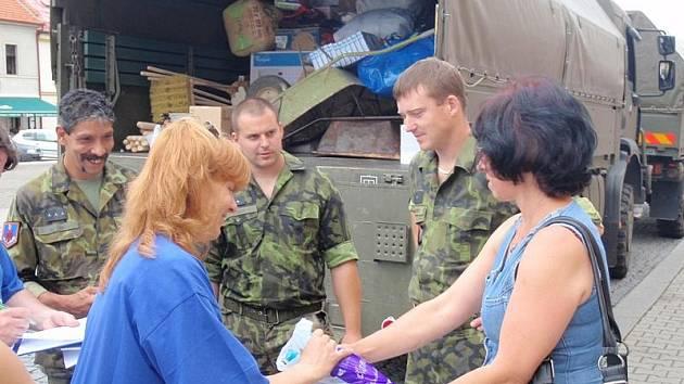 Rakovničtí vojáci odvážejí humanitární pomoc