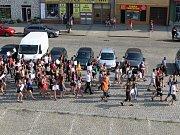 Protestní průvod prochází Husovým náměstím.