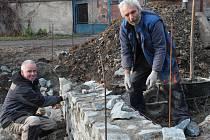 Práce na rybníku v Čisté finišují