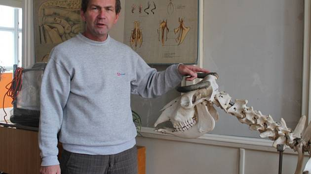 Ředitel školy Ivan Kup v učebně  chovu zvířat